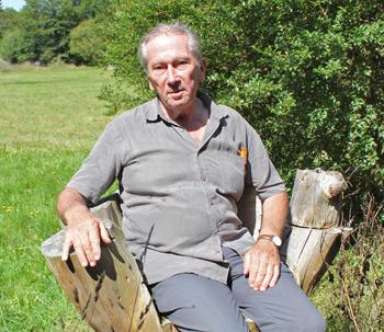 Gérard François. L'horticulteur-paysagiste confortablement installé dans un fauteuil naturel de sa composition. (© Thierry Georges Leprévost).