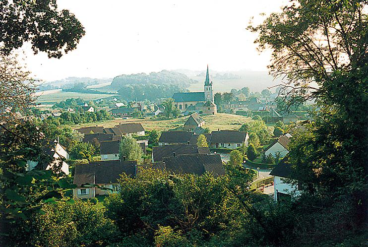 Grainville la Teinturière aujourd'hui. Le bourg de Grainville la Teinturière est groupé autour de son église Notre-Dame près de laquelle se trouve le site de l'ancien château (motte féodale surmontée d'un colombier). Jean de Béthencourt n'a pas connu l'église actuelle qui a remplacé vers 1700 un édifice gothique du XIIIe siècle. Il a été inhumé en 1425 dans le chœur de l'ancienne église ; la tradition affirme qu'il repose sous la grande dalle de pierre (la seule dans l'église) qui se trouve face à l'entrée du chœur de l'église actuelle. (Photo Eric Bruneval © Patrimoine Normand.)