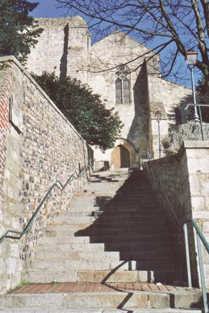 Prieuré de Graville. Un escalier pentu face au portail ouest. (Photo Alexandre Vernon © Patrimoine Normand.)