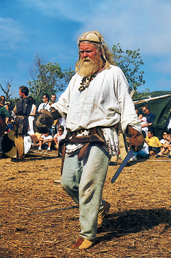 L'un des « Vikings » reconstituant un combat devant le public à Carteret. (© Georges Bernage)