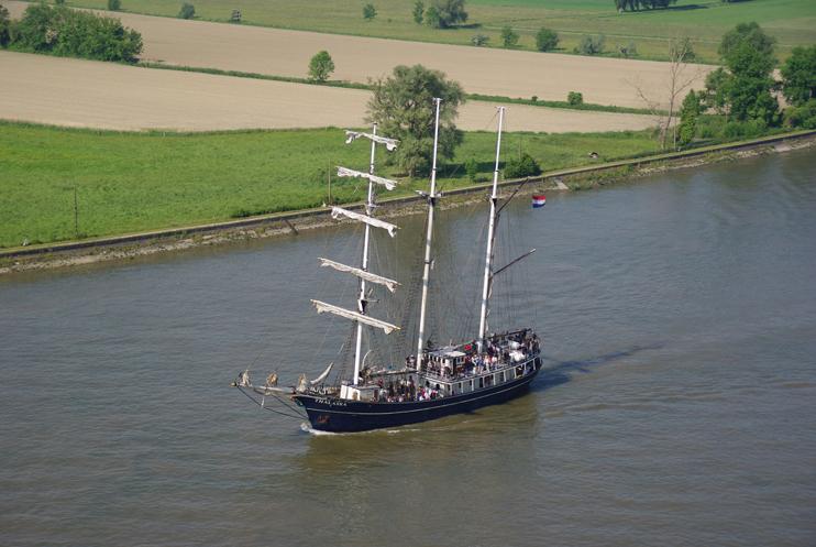 La goélette Gulden Leeuw remontant la Seine (© SWG).