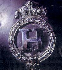 un `H` stylisé orne les oeillères des attelages du Pin et marque son appartenance aux Haras Nationaux