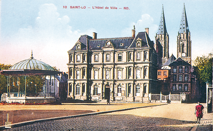L'Hôtel de ville avec au fond l'église Notre-Dame. Il fut construit au XIXe siècle par l'architecte Doisnard. (Carte postale © Archives Départementales de la Manche, Saint-Lô.)