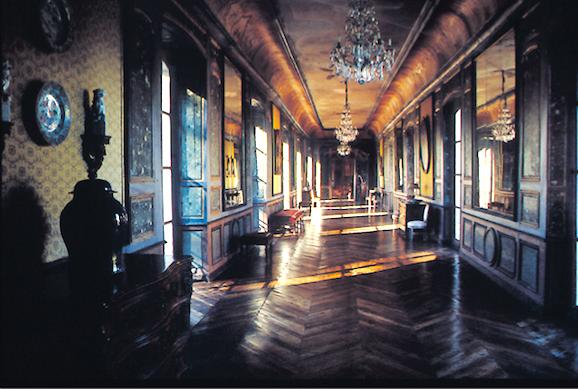 La grande galerie relie le corps de logis au pavillon d'entrée. Elle a été remaniée à la fin du XVIIIe siècle (© Patrimoine Normand).