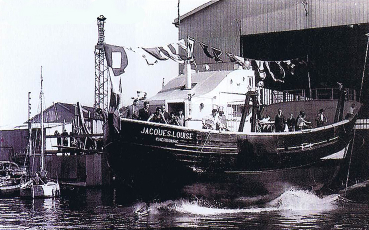 Photo du lancement du « Jacques Louise » aux chantiers Bellot, dans l'avant-port de Cherbourg (© Jean-Marie Lezec).