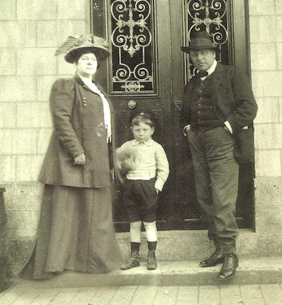 Jean Gabin avec ses parents devant la porte d'entrée de la maison de Mériel (© photo famille Moncorgé).