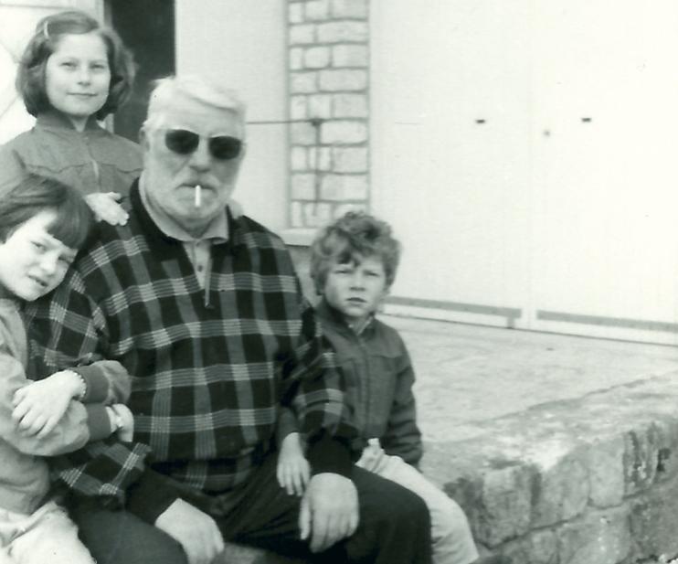 Jean Gabin en famille à La Moncorgerie pendant le tournage des Vieux de la vieille (© photo famille Moncorgé).