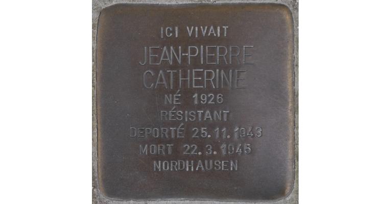 Pour la première fois en Normandie, une Stolperstein a été scellée le 11 novembre 2019 sur le trottoir devant la maison familiale au 41, rue de Bayeux, à Bretteville-l'Orgueilleuse. Les Stolpersteine (littéralement « pierres d'achoppement », « pierres sur lesquelles on peut trébucher ») sont des pavés de 10 x 10 cm, œuvres du sculpteur berlinois Gunter Demning, disposées devant les anciens domiciles de victimes du nazisme. (© Ghislain Quétel)