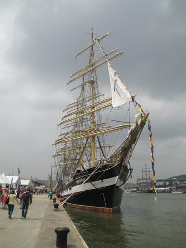 Kruzenshtern à quai. Lun des plus grands voiliers du monde, pour une foule gigantesque