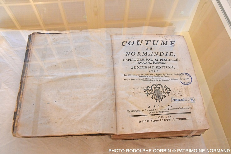 Couverture et chapitre des commentaires sur la coutume de Normandie de Pesnelle (Photo Rodolphe Corbin © Patrimoine Normand)
