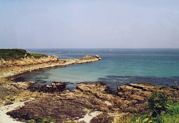 """Sur la côte nord de la Hague, extrémité de la Presqu'île du Cotentin, où les toponymes scandinaves abondent, particulièrement ceux en vik (désignant une anse, une petite baie, un port idéal pour les bateaux des Vikings à faible tirant d'eau), comme dans Carry (Carwic en 1207), Seuvy, la Baie de Sulvy (analogue à un Selwick aux Orcades), Le Vauvy, Pulvy, le Havre de Plainvic, Suvouy, le Petit Vy. Le Val de Saire, ancien Sarnes, en présente d'autres : Le Cap Levi (Kapelvic en 1177), la plage du Vicq, les Etanvis, Sylvie (""""la baie argentée""""), Houlvy (la """"baie profonde""""), Brévy (""""la large baie"""") (© E.Groult/Heimdal)."""
