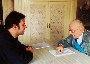 Yvon Davy en mission de « collectage » auprès de Georges Sexis. (Photo Victor Letournelle © Patrimoine Normand)
