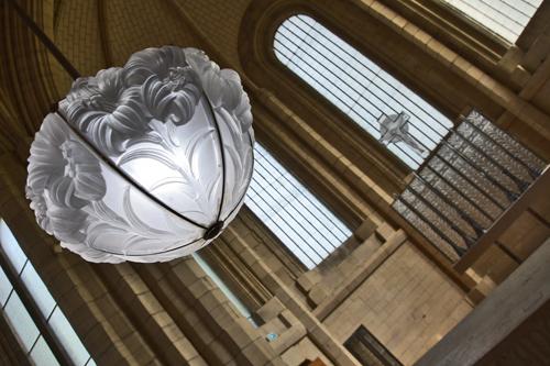 La lampe de sanctuaire a été réalisée en 1932. Elle se compose de six éléments de verre moulé satiné. Le tout est maintenu par une monture en métal chromé.(Photo Rodolphe Corbin © Patrimoine Normand)
