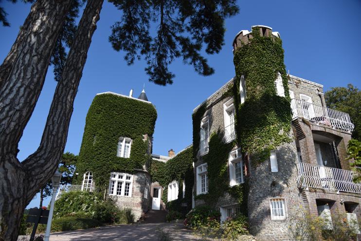 Le Donjon Villa Saint-Clair. levé en 1862 sur le coteau nord de la station, Le Donjon sest ouvert au tourisme dans les années 80. (Photo Rodolphe Corbin Patrimoine Normand)