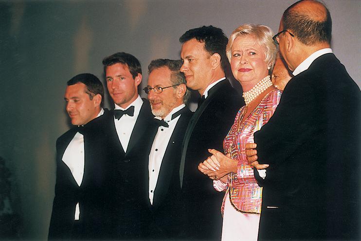 Lors du dîner de gala en l'honneur de Steven Spielberg, Madame d'Ornano, maire de Deauville est accompagnée de Tom Sizemore, Edward Burns, Steven Spielberg et Tom Hanks. (© Mario GURRIERI).