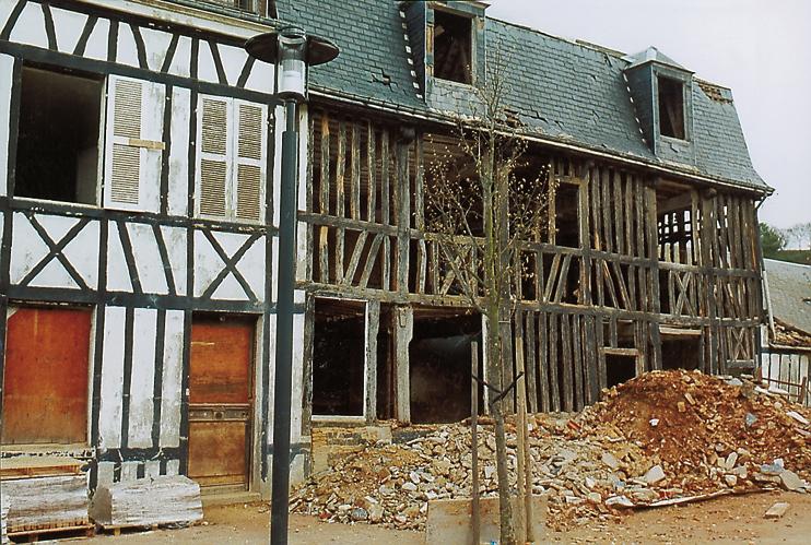 Une vieille bâtisse à colombage débarrassée de son ancien hourdis