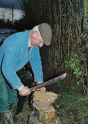 M. Sutter coupe la paille qui sera mélangée à la terre (photo Alexandre Vernon © Patrimoine Normand).