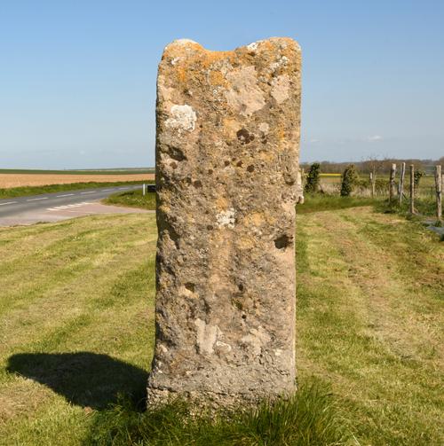 Le menhir de Colombiers-sur-Seulles situé dans l'axe du monument. (Photo Rodolphe Corbin © Patrimoine Normand)