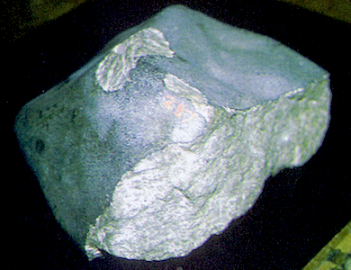 Un fragment de six kilos de la pierre météorite tombée le 26 avril 1803 à la Vassolerie. (Photo Laurent Corbin © Patrimoine Normand).