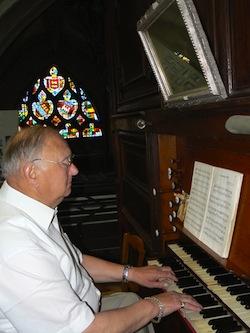 Michel Lepont est organiste de la paroisse depuis 1984 (© Armand Launay).