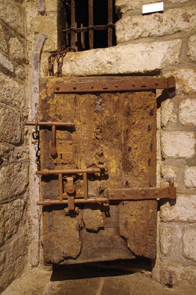 Vestige de l'époque carcérale au mont Saint-Michel, cette porte de cellule d'aspect fort peu engageant… (© Stéphane William Gondoin)