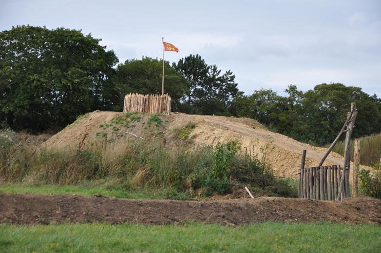 Ouvrage de défense et symbole de l`autorité seigneuriale, le château à motte d`Ornavik dominera le bois et l`Orne, sur le haut du site.
