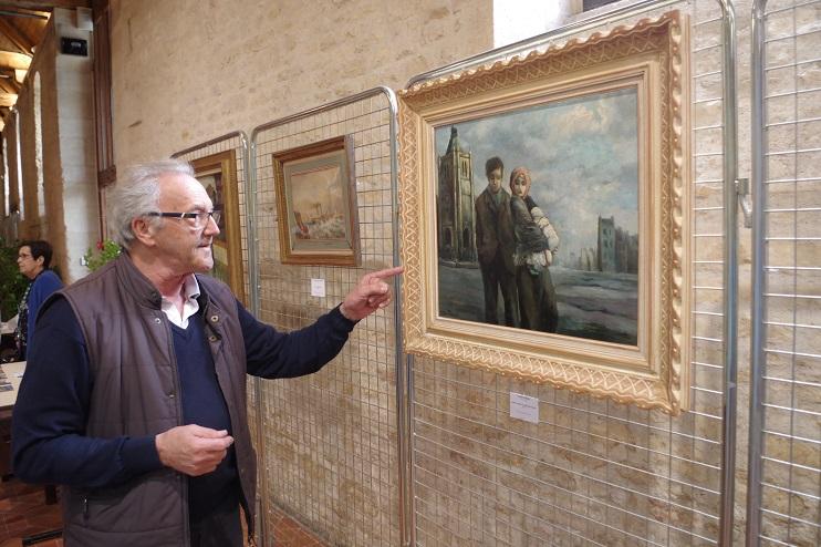 Michel Prigent présentant le tableau Jeune couple et enfant au Havre, réalisé en 1947 par Fred Pailhès. ( Stéphane William Gondoin)