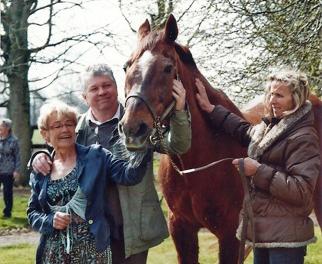 Ourasi au haras de Gruchy, le jour de son 30e anniversaire, avec sa  nounou  Annie Jumel, qui sest occupée de lui jusquà la fin ( Thierry Georges Leprévost).