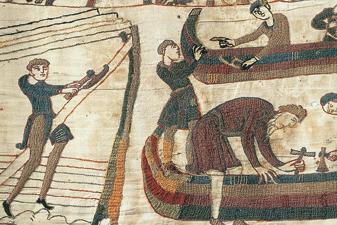 Ce détail de la Broderie de Bayeux nous montre la flotte normande en cours de construction. C'est un précieux document sur la construction navale au XIe siècle en Normandie (Avec l'aimable autorisation de la Ville de Bayeux).