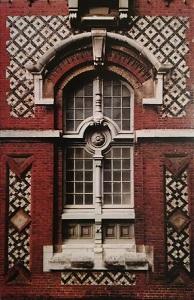 Fenêtre du Palais Bénédictine, à Fécamp. Exemple de la polychromie jouant sur les métériaux : briques de couleur, silex noir, pierre, caractéristique du pays de Caux (photo E.Bruneval).