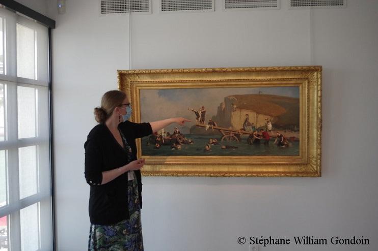 Nadège Sébille, attachée de conservation, donnant des explications à la presse sur luvre de Le Poittevin. ( SWG)