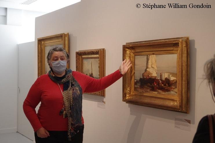 Marie-Hélène Desjardins, conservateur en chef du patrimoine au musée Les Pêcheries, expliquant à la presse la conception de luvre Pêcheurs de rocaille au pied de laiguille dtretat.