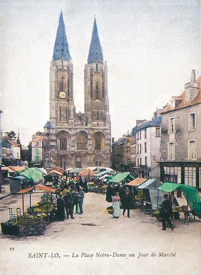 La place Notre-Dame, située devant l'église Notre-Dame, un jour de marché. (Carte postale © Archives Départementales de la Manche, Saint-Lô.)