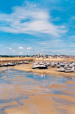 Port-Bail - Le Havre recouvert aux grandes marées et le port de plaisance qui peut accueillir 200 bateaux. (Photo Isabelle Audinet  Patrimoine Normand.)