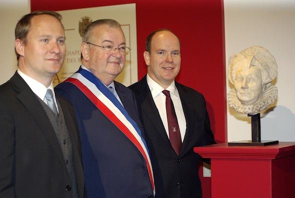 SAS le Prince Albert II de Monaco,  François Diegard, maire de Saint-lô et Hugo Paris, premier adjoint à la Culture devant le buste de son aieule,  la maréchale de Matignon.