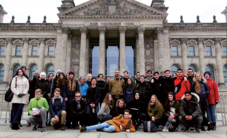 Les trente élèves qui ont participé au projet, devant le Reichstag à Berlin. (© Ludovic Cahagnier)
