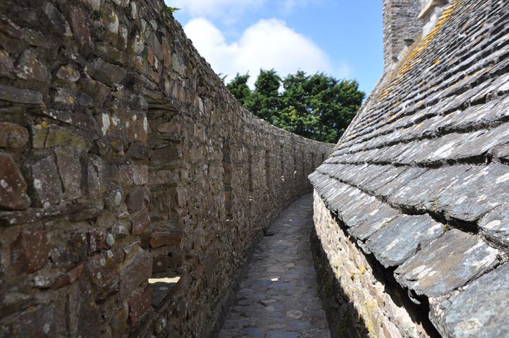 Les remparts du château fort de Pirou. (Photo Rodolphe Corbin © Patrimoine Normand).