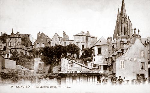 Cette vue ancienne montre bien que les remparts étaient entièrement cachés par les maisons. (Carte postale © Archives Départementales de la Manche, Saint-Lô.)