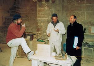 Georges Bernage en compagnie de deux tailleurs de pierre qui restaurent l`église Saint-Sauveur à Caen.