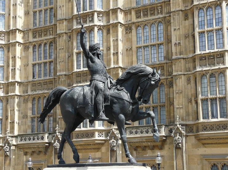 Statue équestre de Richard Cur de Lion devant le Parlement de Westminster, à Londres. ( Par Loz Pycock Travail personnel CC BY-SA 2.0 www.flickr.com)