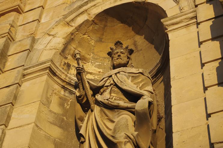 Statue XIXe siècle de Richard II. Portail de l'abbatiale de Fécamp (© Stéphane William Gondoin).