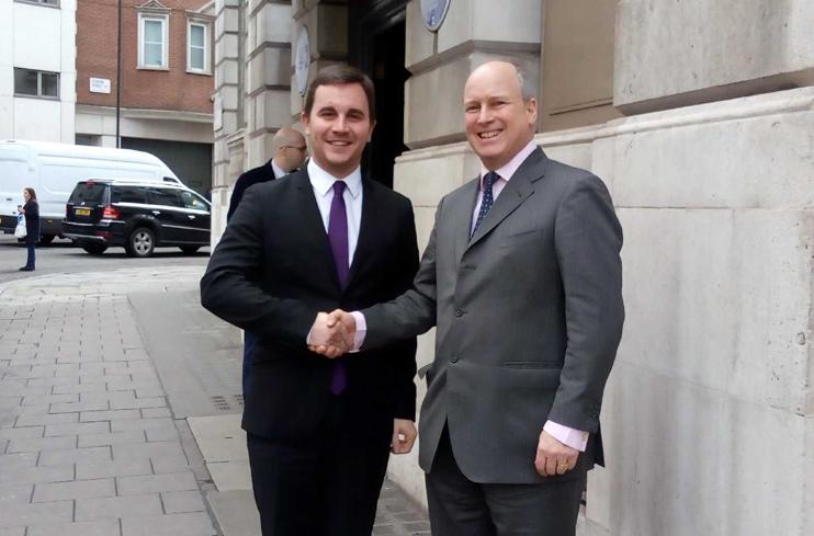 Romain BAIL, Maire de Ouistreham Riva-Bella, présente le projet de Centre des relations franco-britanniques (CRFB) à larrière-petit-fils de Winston Churchill