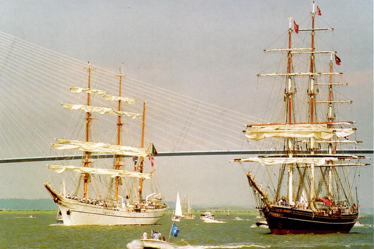 Le « Sagrès II » et le « Stad Amsterdam », clipper hollandais au long cours, côte à côte après avoir passé sous le pont de Normandie. (Photo Alexandre Vernon © Patrimoine Normand.)