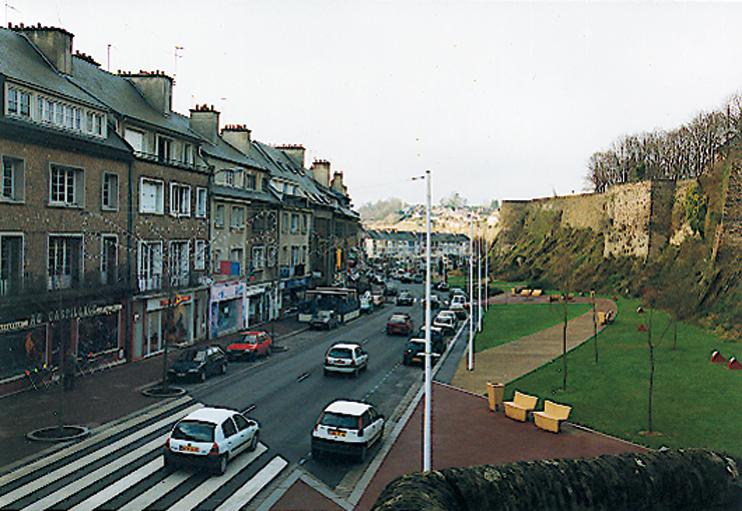 Saint-Lô - La rue Torteron, qui enserre l'Enclos au sud. (© Patrimoine Normand)