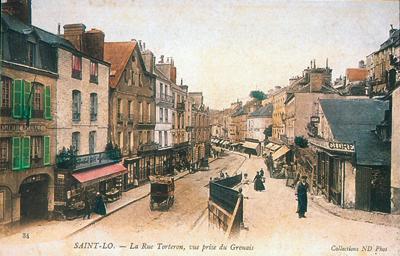 Saint-Lô - La rue Torteron, qui enserre l'Enclos au sud. (Carte postale © Archives Départementales de la Manche, Saint-Lô.)