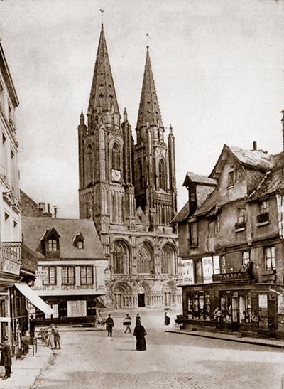 La rue Thiers. Elle aboutissait sur la place Notre-Dame, face à l'église. (Carte postale © Archives Départementales de la Manche, Saint-Lô.)