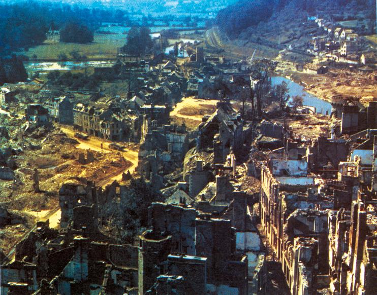 Saint-Lô, été 1944. Depuis la tour subsistante de l'église Notre-Dame, rare photo en couleur américaine prise en direction de l'ouest et de la Vire (US Army).