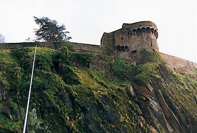 Vue de la Poterne, entièrement couverte de lierre. Située à l'ouest, elle fait face à la Vire et au pont qui l'enjambe. (Photo Éric Bruneval © Patrimoine Normand.)