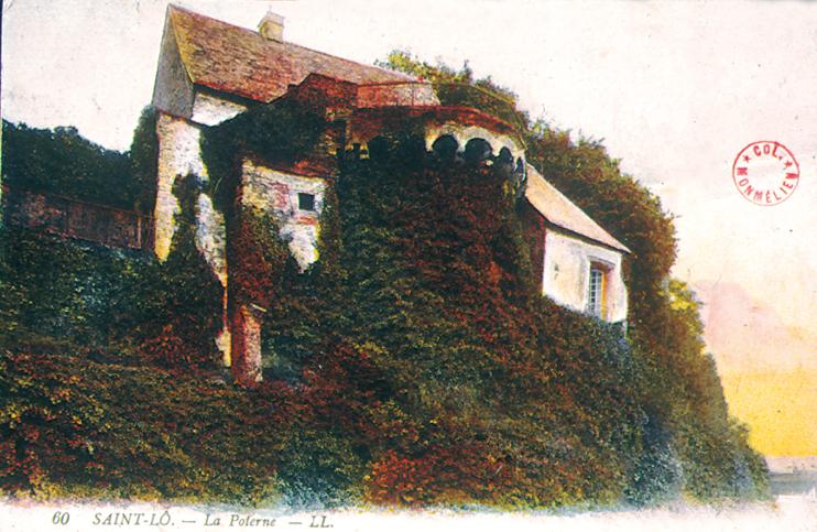 Vue de la Poterne, entièrement couverte de lierre. Située à l'ouest, elle fait face à la Vire et au pont qui l'enjambe. (Carte postale Archives Départementales de la Manche, Saint-Lô.)