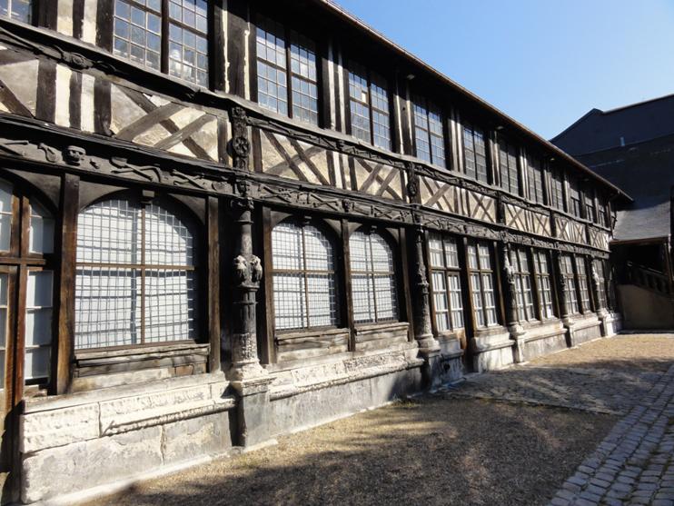 L'aître de Saint-Maclou à Rouen - La galerie ouest vue de l'extérieur (© SVDB).
